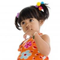 Enfant doigt dans le nez
