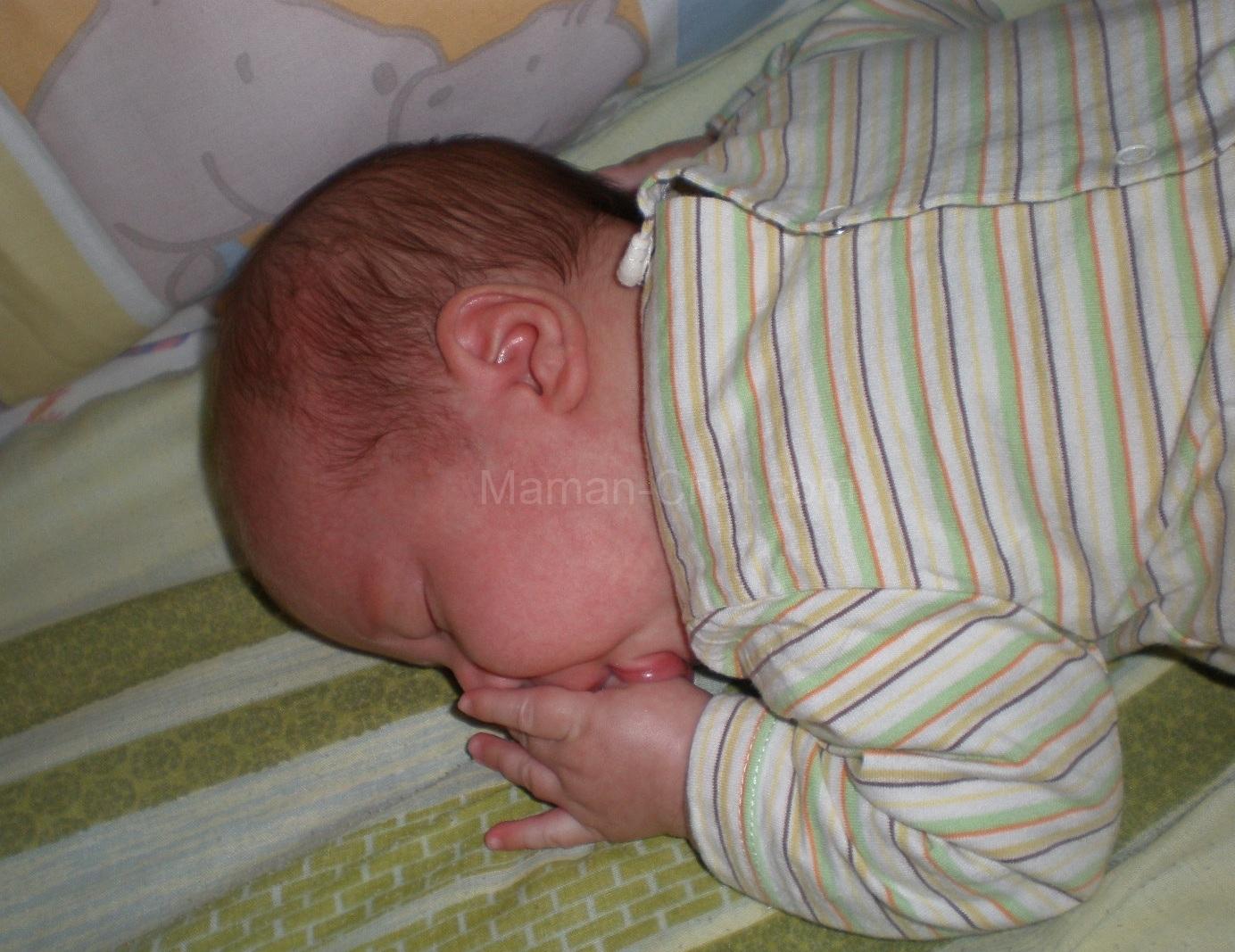 Mon Chat Dort Sur Mes Pieds la culpabilité de faire dormir son bébé sur le ventre
